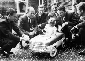 Damon Hill with Graham Hill and friends (1961) by F1-history
