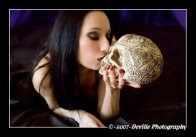 Sou DeSade: kiss the skull_3 by DevillePhotography