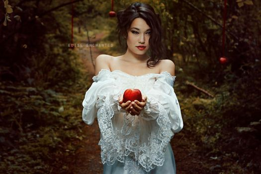 Snow white by EliseEnchanted