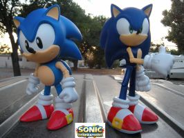 Modern Sonic and Classic Sonic by PokepictureFigurefun