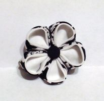 Single black and white kanzashi clip by EruwaedhielElleth