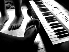 feet and keyboard by sheisxmysin