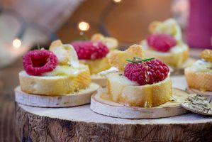baked camembert with raspberry, honey and rosemary by Pokakulka