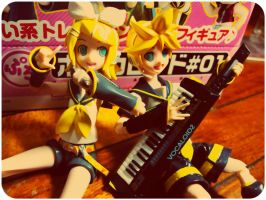 Rin and Len  - Sing it to me. by nikeBrAcE