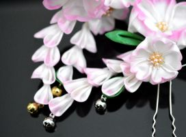 Cherry Blossom Tales: white and pink kanzashi. by hanatsukuri