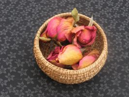 Basket 020, with dried roses by lyzardcraft