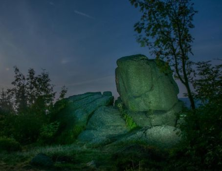 svingy rocks at night 3 by Elly0001