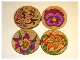 Flowered wood pendant by jasmin7