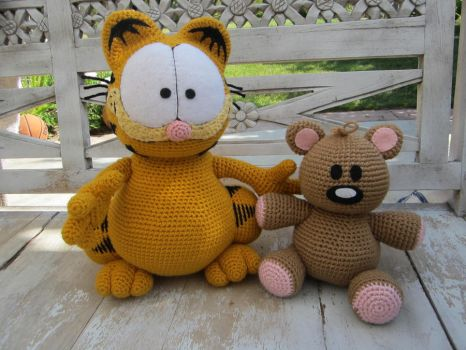 Crocheted Garfield and Pooky by aphid777