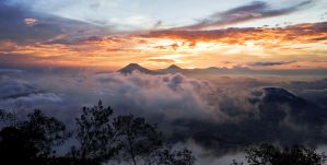 Sunset From Merbabu by allanmemangallan