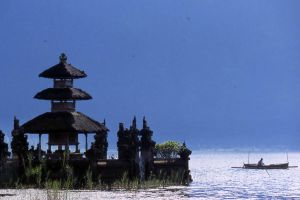 Temple lake (Bali, Indonesia) by drewhoshkiw