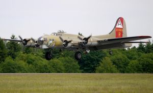 Boeing B-17G Flying Fortress Landing by shelbs2
