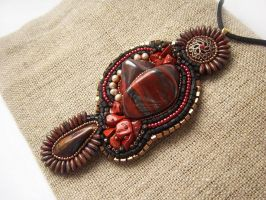 The heart of the queen, bead embroidered pendant by nikkichou