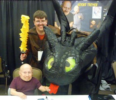 Verne Troyer, Toothless, and Hiccup BCTC 2016 by SilverDragonwolf