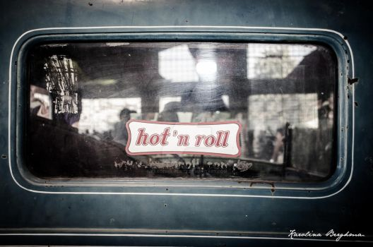 Hot`n`roll by Karolina-Plotz